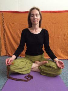 récitation de mantras avec un mala de rudraksha