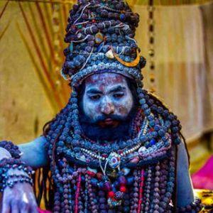 sadhu couvert de mala de rudraksha
